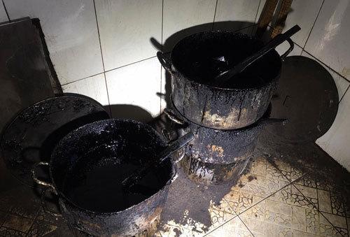 Bắt quả tang cơ sở chế biến cà phê bằng đậu nành và hóa chất - ảnh 2