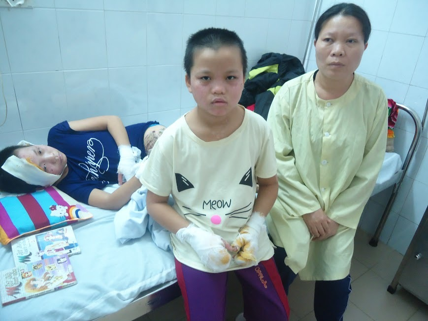 Dùng xăng nhóm bếp, hai chị em người Mường bỏng nặng