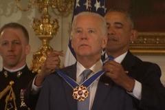 Phó tổng thống Mỹ rơi lệ nhận huân chương từ Obama