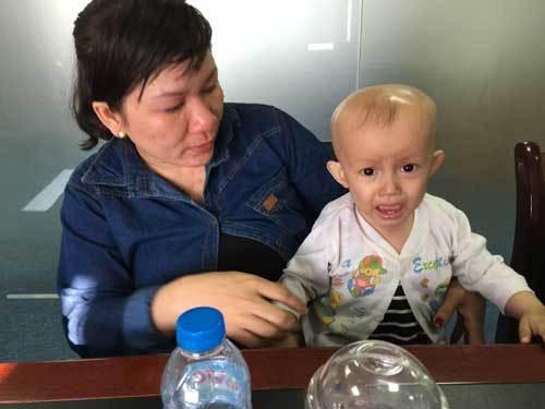 Mẹ bán vé số cứu con bệnh ung thư