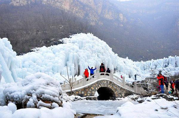 Thác nước đóng băng đẹp như trong cổ tích