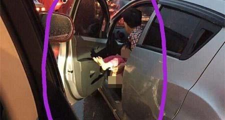 Ông bố mở cửa ô tô cho con đi vệ sinh khi dừng đèn đỏ ngay trên phố Hà Nội