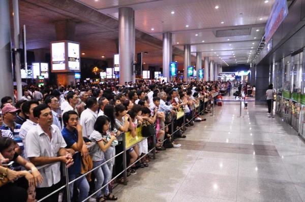 Vật vờ ở sân bay Tân Sơn Nhất đón Việt kiều về quê ăn Tết