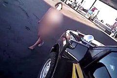 Người phụ nữ khoả thân cướp ô tô cảnh sát Mỹ