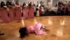 Cô dâu ngã lăn lộn trên sàn vẫn tiếp tục nhảy cực sung
