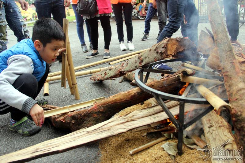 Nhóm lửa, luộc bánh chưng ngay tại Hoàng thành