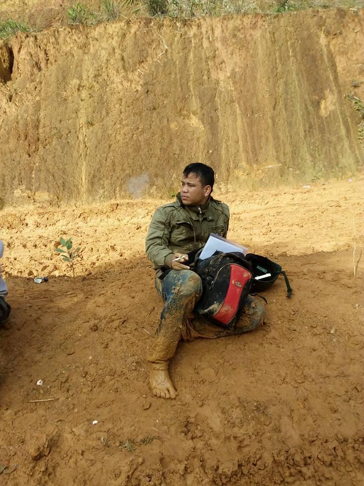 Những người thầy 'tắm bùn lầy' đẩy xe tới trường