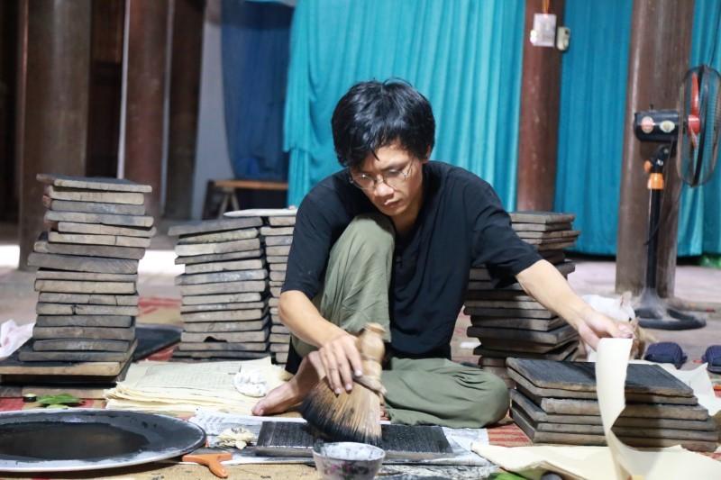 Hành trình vạn dặm của 8X đi tìm những 'câu thần bút hoa' nước Việt