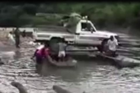 Đỉnh cao offroad: Dùng bè đưa ô tô vượt sông