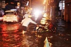 Trời không mưa, người Sài Gòn vẫn bì bõm lội nước về nhà