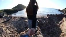 Clip cô gái bị bạn trai đẩy ngã khi 'nắm tay nhau đi khắp thế gian'