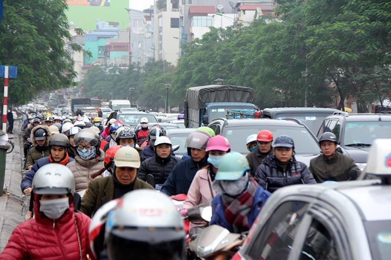 Hà Nội: Trùm áo mưa nhích từng centimet trên đường tắc