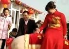 Cô dâu cưỡi lợn khổng lồ về nhà chồng