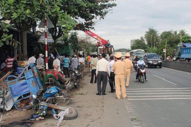Xe container lao vào nhà dân lúc rạng sáng, 2 người tử vong