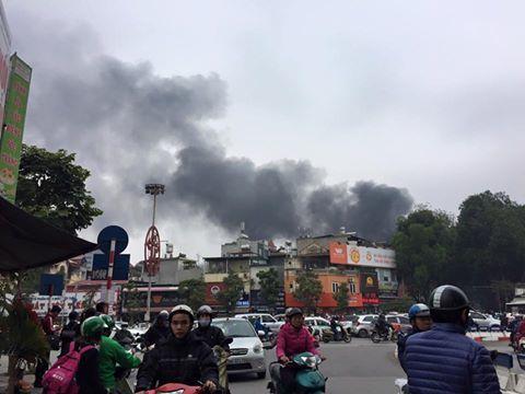 Lửa bao trùm cửa hàng nội thất trên phố Đê La Thành – VietNamNet