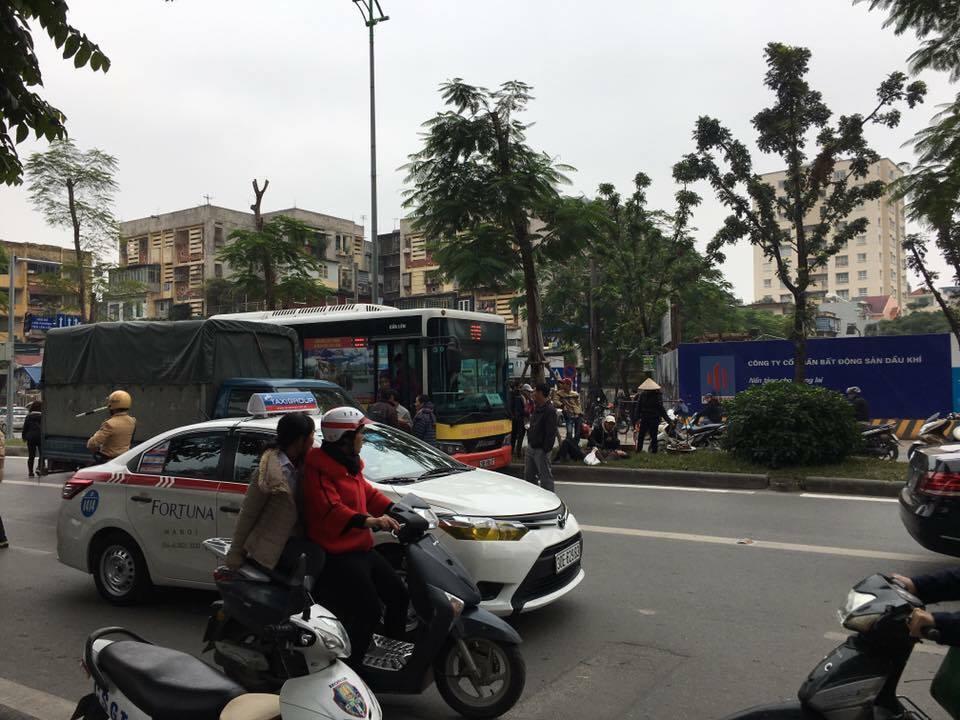 Xe buýt gây tai nạn với người đi bộ ở Hà Nội