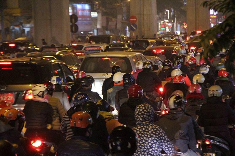 Hà Nội: Mịt mờ đường về nhà, xa quá xa vì tắc
