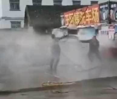 Giành địa bàn, hai nữ thợ rửa xe hỗn chiến bằng vòi xịt
