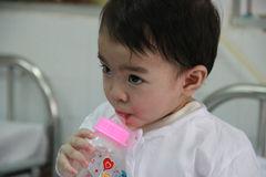 Muỗng thức ăn cắm sâu vào cổ họng bé 16 tháng tuổi