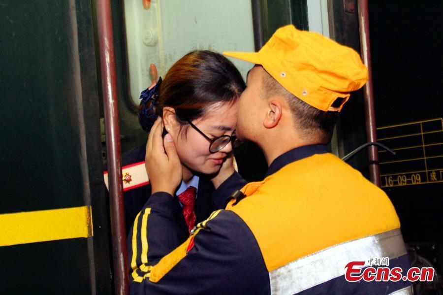 Chuyện tình cảm động của cặp đôi 9x trên đường tàu