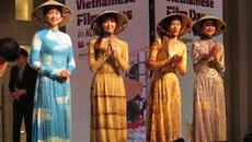 Người đẹp Hàn Quốc thích thú diện áo dài Việt Nam