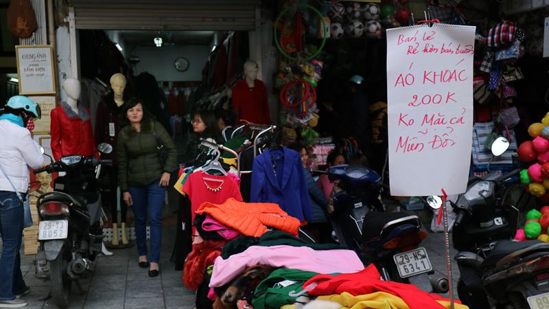 Sát Tết, bán hàng hạ giá 'siêu chảnh' ở phố cổ Hà Nội