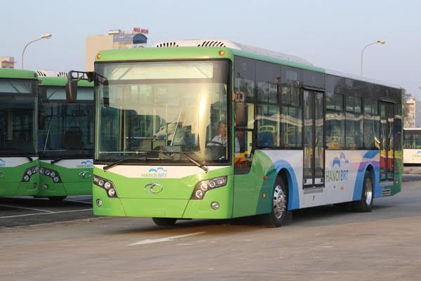 Hà Nội dựng dải phân cách phục vụ buýt nhanh