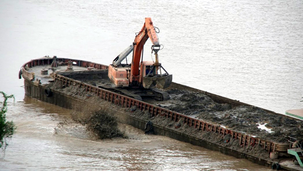 Xử lý 3 CSGT trong vụ xả thải xuống sông Hồng