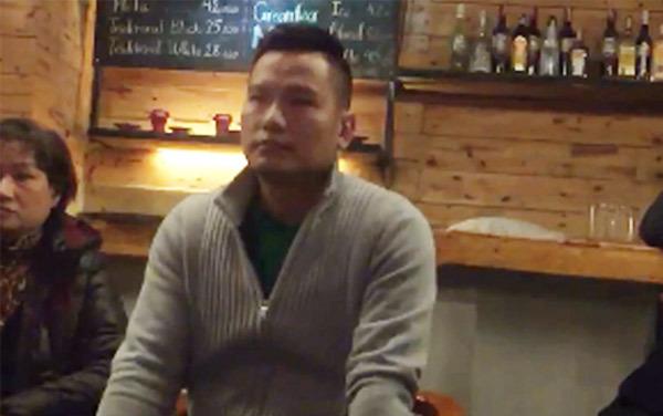 Chồng Jennifer Phạm về nước sau vụ trưng băng rôn đòi đối thoại