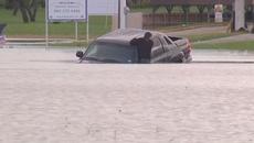 Liều lĩnh lái xe bán tải qua chỗ ngập, tài xế phải bơi vào bờ