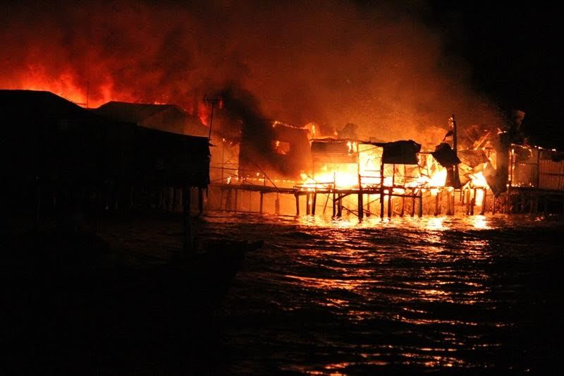 Cháy lớn ở Nha Trang, hàng chục căn nhà bị thiêu rụi