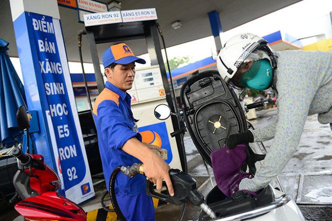 Tăng cao nhất 8.000 đồng/lít: Không để giá xăng thấp hơn các nước