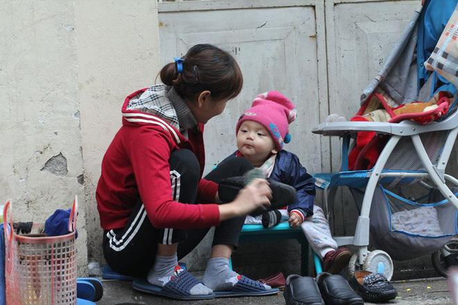 Mẹ con đánh giày giữa phố lạnh mùa đông làm dân mạng thổn thức