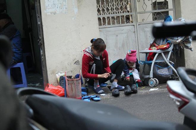 cư dân mạng, bức ảnh gây sốt, mẹ con đánh giày, bức ảnh cảm động