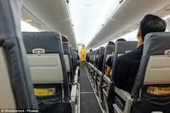 Vì sao phải tắt điện thoại, mở rèm cửa sổ trên máy bay