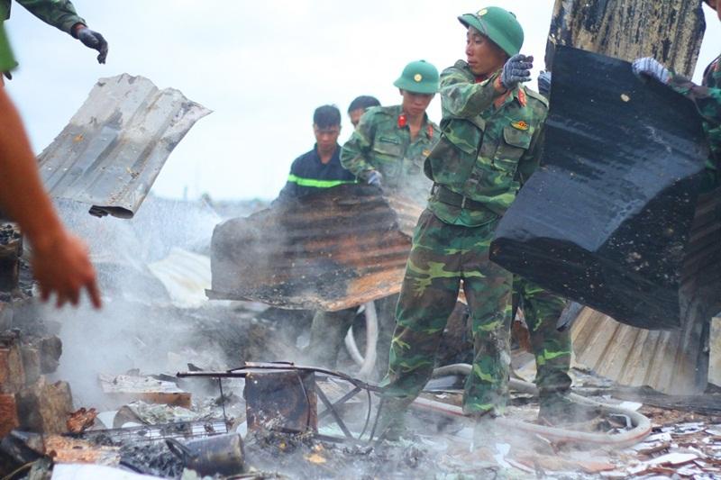 Cứu hộ kiệt sức khống chế đám cháy dữ dội ở Khánh Hòa
