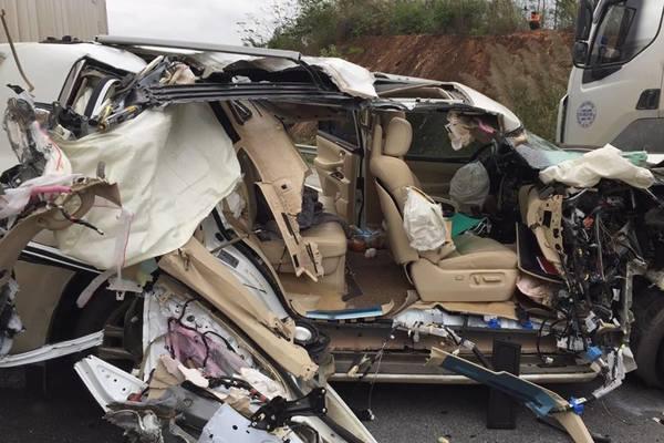 Xe bạc tỷ nát bét sau vụ tai nạn