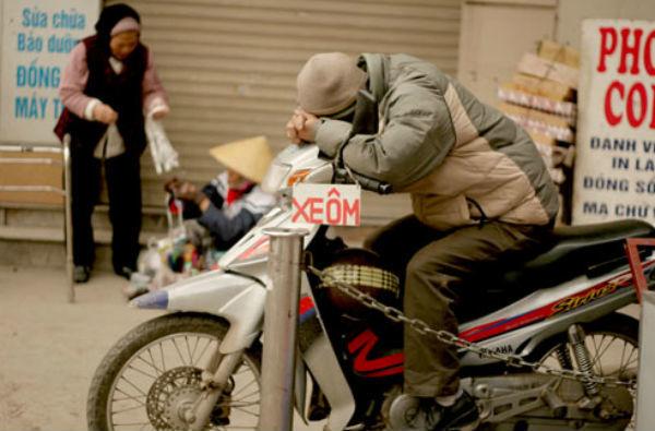 Xe ôm 'môbai', tạp hóa 'Zalo' và những người khốn khổ