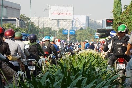 Đường nhánh vào sân bay Tân Sơn Nhất tê liệt nhiều giờ