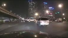 Ô tô thong thả vượt đèn đỏ