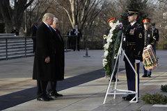 Trump đặt vòng hoa tại nghĩa trang Arlington