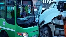 Container đâm trực diện xe buýt, hơn 10 người bị thương