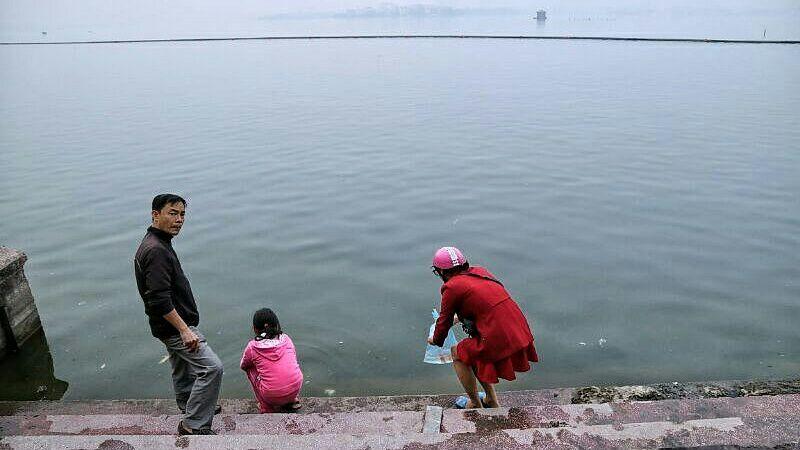 Một nhà kéo thùng lớn, thả cả chục cân cá chép tiễn ông Táo