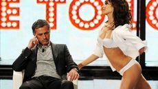 Mourinho hốt hoảng vì bị nữ fan cuồng săn đuổi