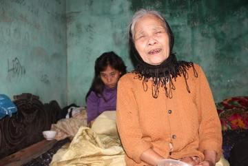 Cả nhà 3 người bệnh khốn khổ chỉ biết ăn gạo sống đón Tết