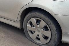 Dàn cảnh ô tô thủng lốp, kẻ cắp 'ngoại' trộm ngay tài sản