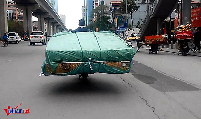 Xe hàng cao ngút, chao đảo trên đường Hà Nội