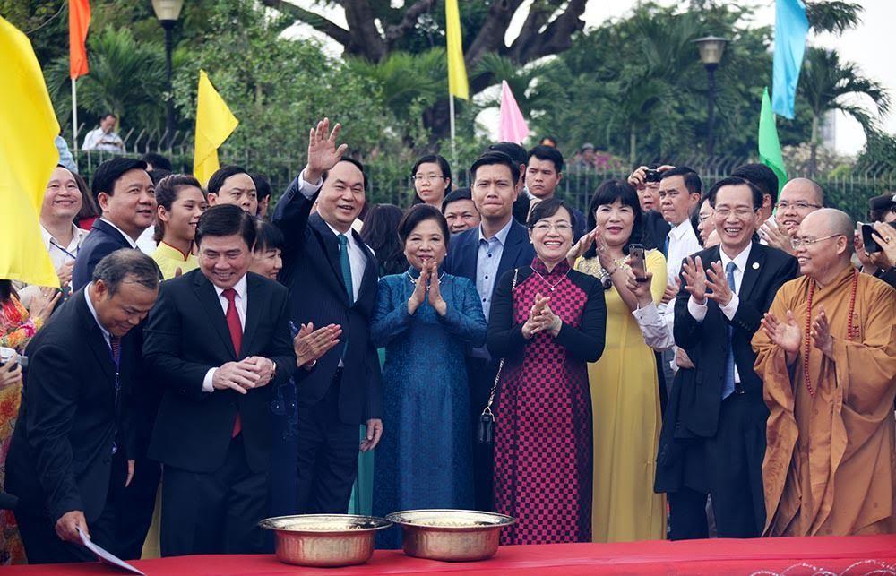 Chủ tịch nước thả cá chép tiễn ông Táo trên sông Sài Gòn