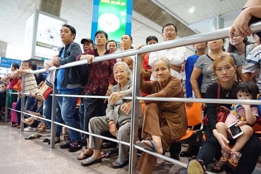 Sân bay Tân Sơn Nhất chật cứng người về quê đón Tết
