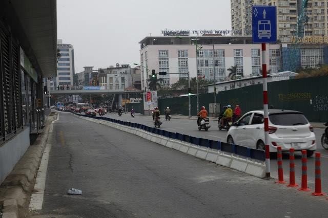 Hà Nội lắp dải phân cách tuyến buýt BRT